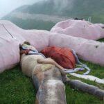 Pinky, el conejo gigante de peluche italiano que se pudre a 1600 metros de altura.