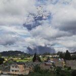 ¡Alerta! Volcán Sinabung de Indonesia hace potente erupción y lanza ceniza a más de 5 Km.