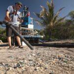 Jóvenes fabrican aspiradora gigante para eliminar micro plásticos de las playas.
