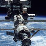 Astronautas en estación espacial esquivan basura orbital.