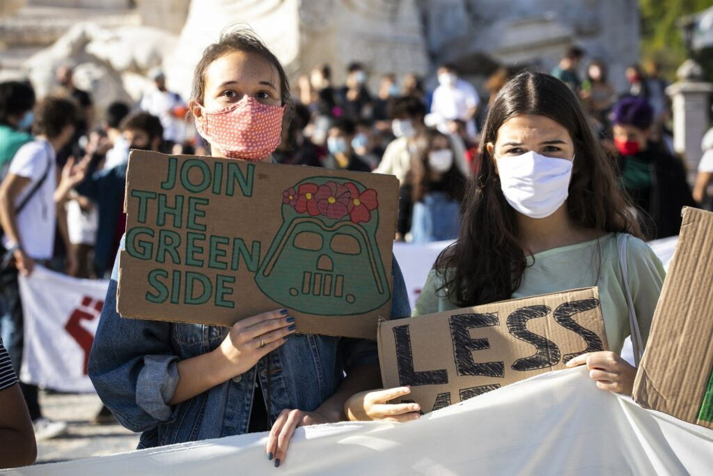 Jóvenes portugueses demandan a paises por calentamiento global.