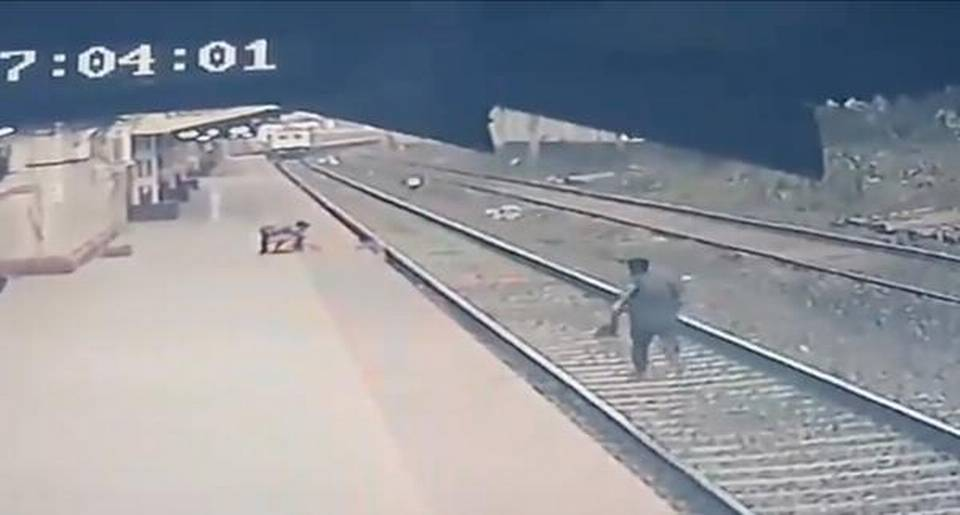 Empleado ferroviario de India rescata a niño en vias del tren (video).