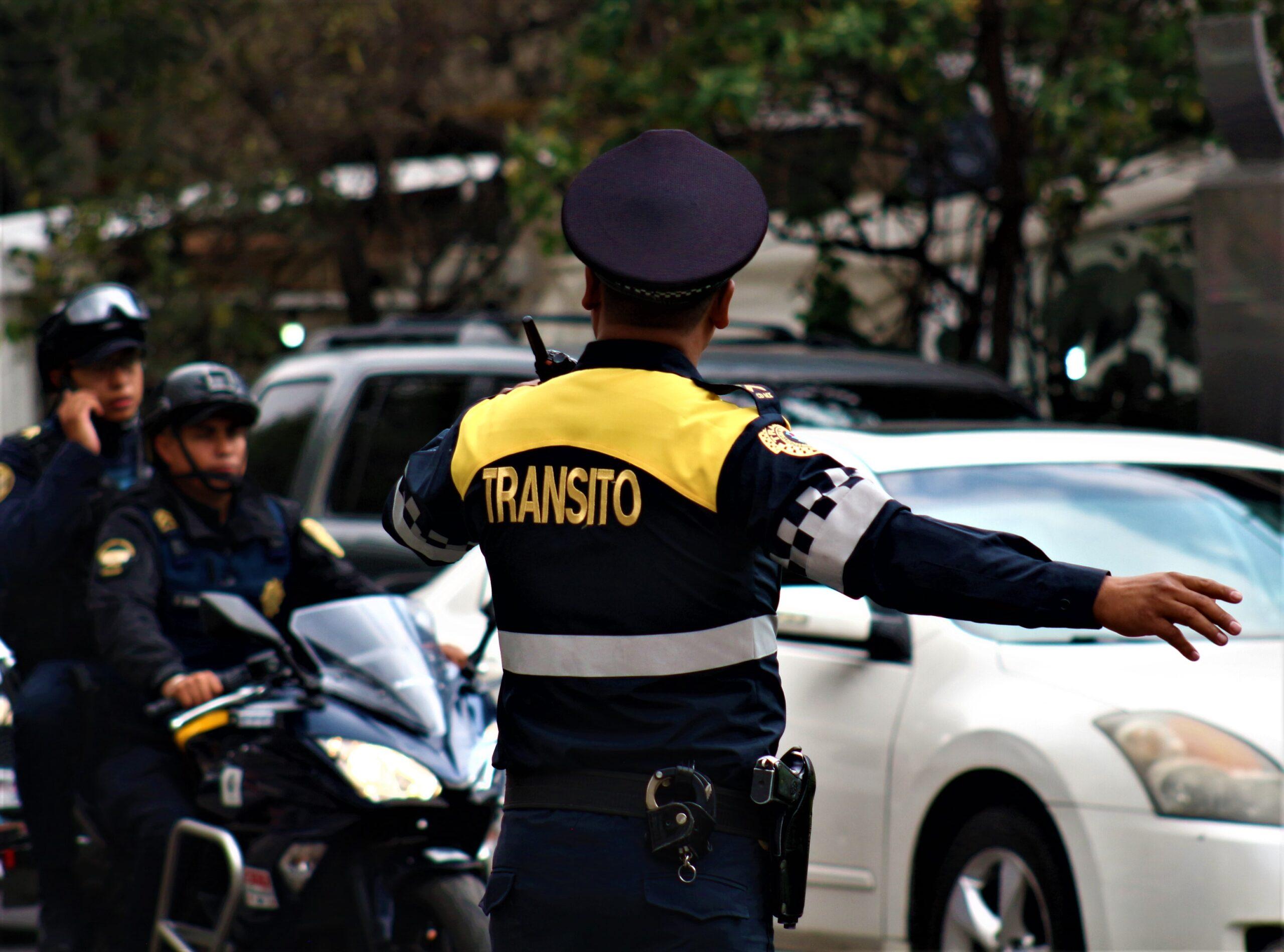 Policía literalmente recibe mordida de un conductor y pierde un dedo.