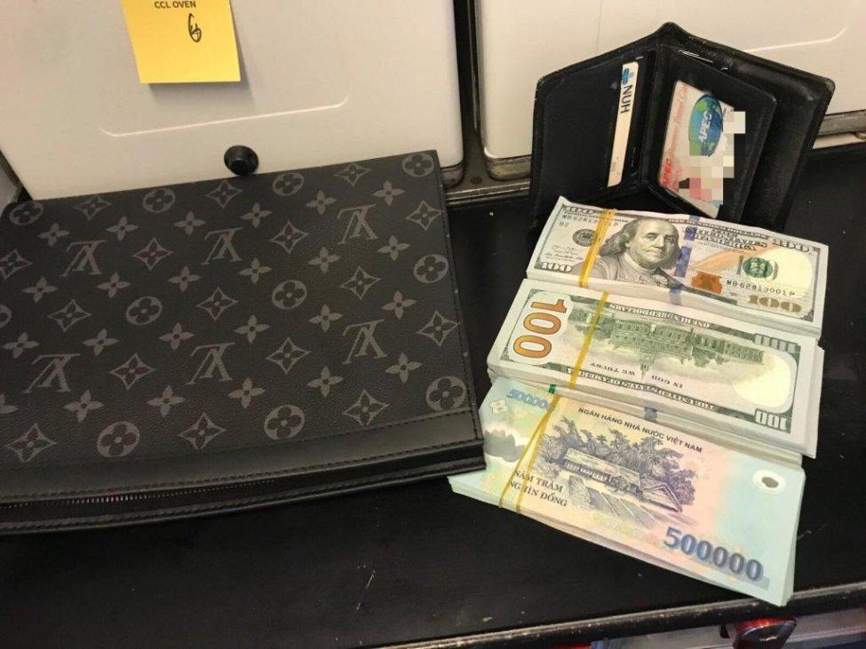 Cartera con miles de dólares es olvidada en un avión.