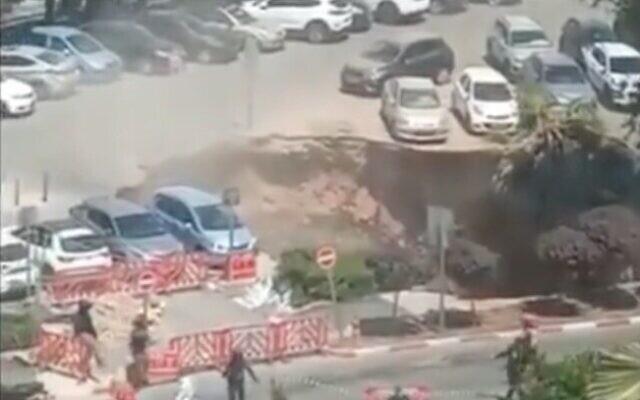 Un socavón en Jerusalén se abrió afuera del Centro Médico Shaare Zedek aparentemente después del colapso de un túnel, llevándose consigo vehículos. No se informaron heridos.